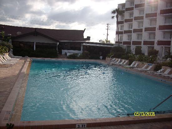 BEST WESTERN Aku Tiki Inn: Huge Aku Tiki pool, looking towards Trader's restaurant