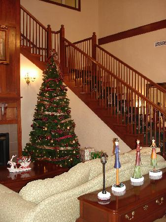 Centerstone Inn & Suites Mechanicsburg: Front Lobby Christmas Decorations