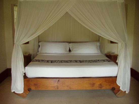 Maya Ubud Resort & Spa: Pool villa bed