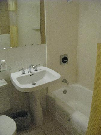 Days Inn Town Center Hotel Seattle: Bath