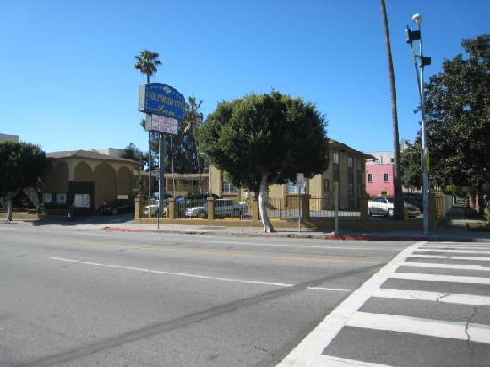 Hollywood City Inn: View of hotel from Western Ave