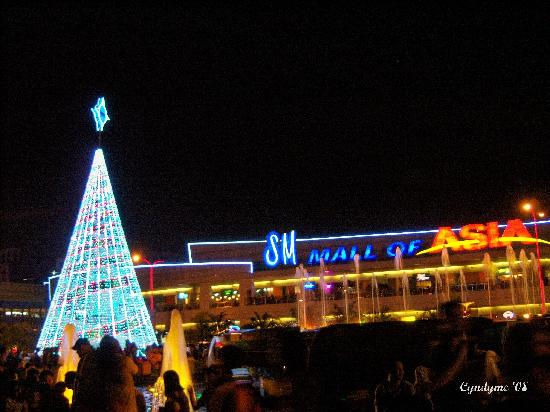 sm mall of asia sm moa as backdrop to solar powered christmas tree - Solar Powered Christmas Tree