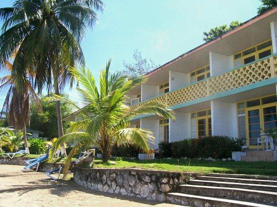 Golden Seas Beach Resort : beach front rooms