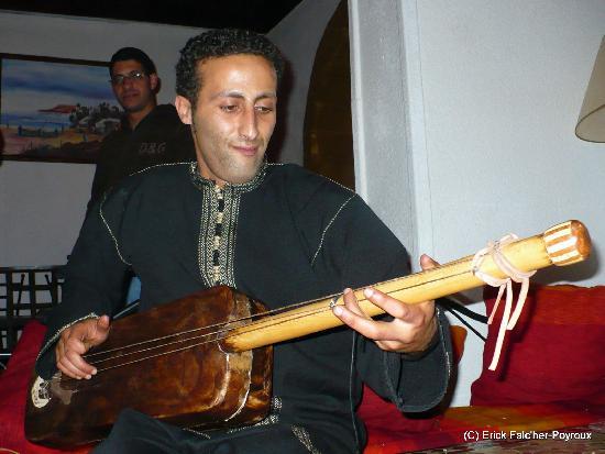 Caverne d'Ali Baba: Bachir, serveur musicien