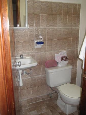 Hotel Alux Cancun: Wonderful, clean bathroom with plenty of hot water