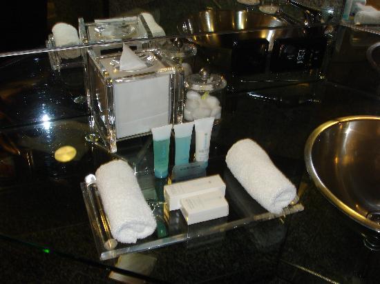 Hilton Dubai Creek : The Bathroom