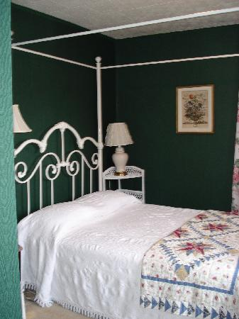 The Preston County Inn : double bedded room