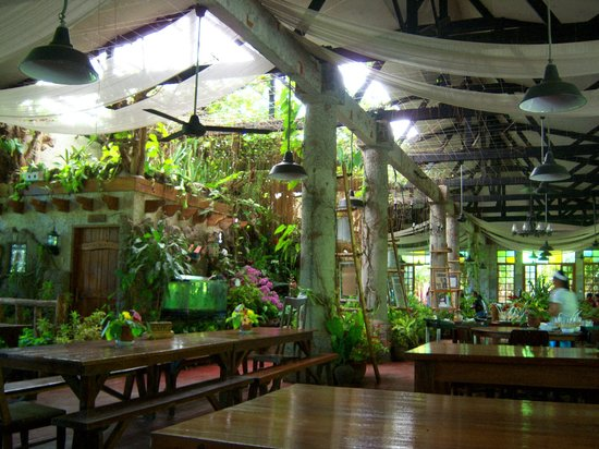 Luzon, Filippine: Inside the restaurant