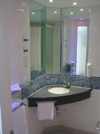Holiday Inn Express Norwich: tiny sink...