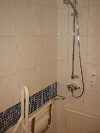 Holiday Inn Express Hemel Hempstead: seat and shower if you like...