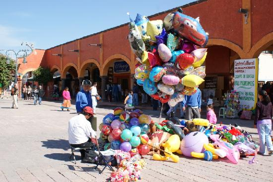Tequisquiapan, Mexico: balloons in plaza