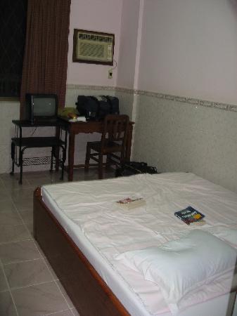 Menbora Hotel: Lumpy bed