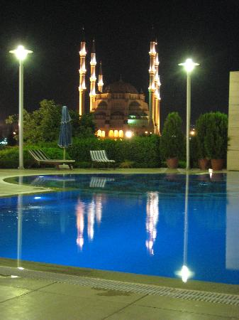 Adana Hilton SA: piscina hotel