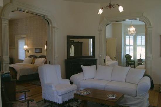 Ashland's Main Street Inn: Mirabella suite living room