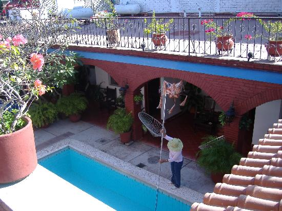 Hotel Posada del Rey: View of pool and courtyard