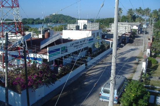 Hotel Posada del Rey: Street in front of the harbor