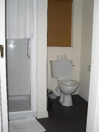 Castle Gardens Holiday Homes: Bathroom attached to second bedroom.