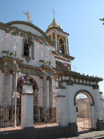 ‪ساحل المحيط الهادي, المكسيك: The church at the central plaza in Comala (near Colima)‬