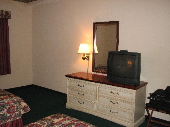 Country Inn & Suites By Carlson, Chattanooga I-24 West: tv in the bedroom