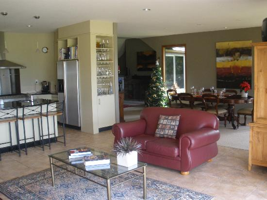 Matahui Lodge: Living/dining area