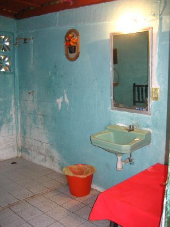 Casa Elvira: Shared Bathroom