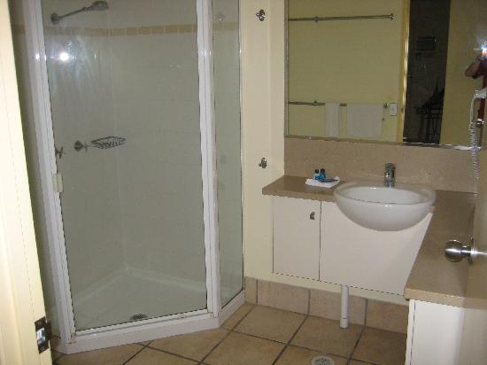 Sandy Beach Resort Noosa: Main bathroom