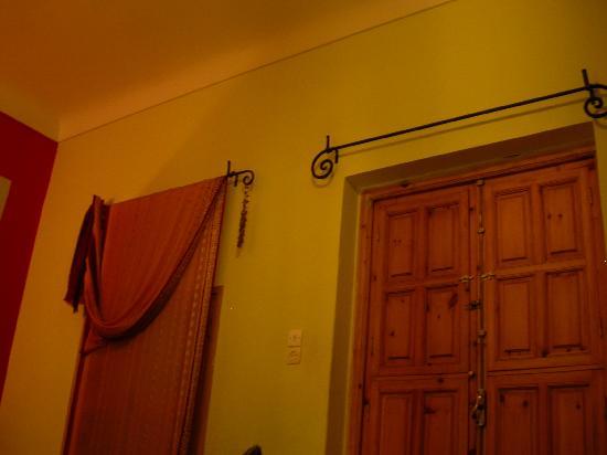 Dar Pangal : Sarees for curtains and poor lighting