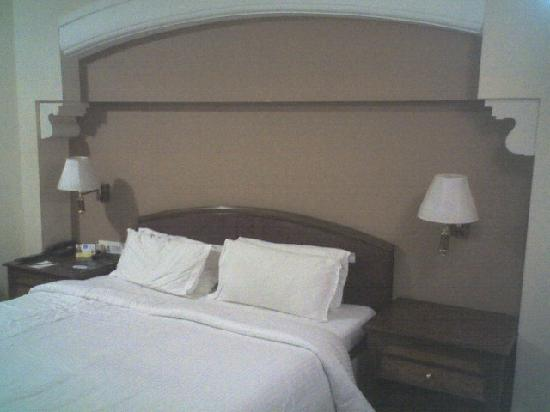 Revival Hotel: room - bed