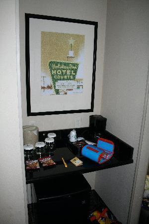 Holiday Inn Hotel & Suites Salt Lake City-Airport West: Petit coin café de la chambre.