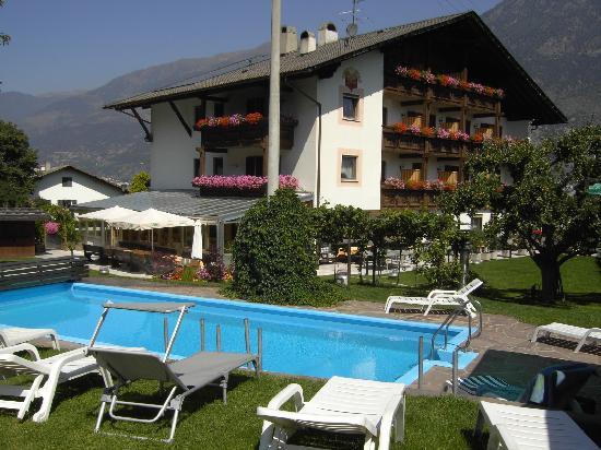 Morter, อิตาลี: Hotel Montani m. Pool im Garten