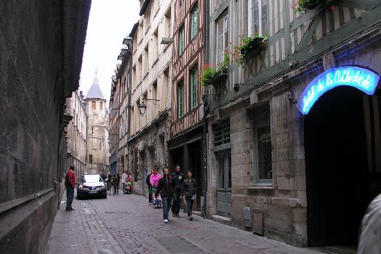 Hotel de la Cathedrale : L'entrée sur la rue St-Romain