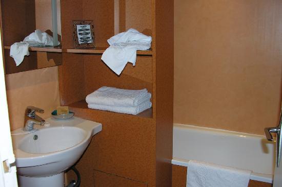 Salle de bain propre et pratique foto di hotel monet for Mr propre salle de bain