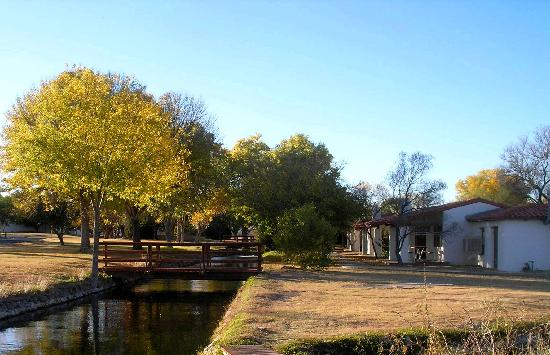 Balmorhea State Park: Motel bungalows on the canals