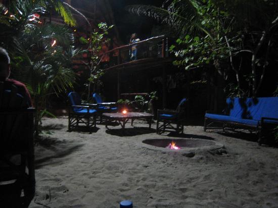 Retiro Maya Villas: The fire below bar area and live singer
