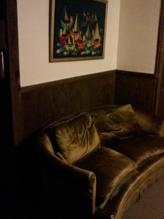Pine Hill Arms Hotel & Restaurant: Common area couch and Yarn art