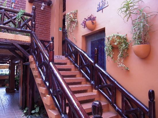 Fuente de Piedra II Hostal: Stairs from lobby to first floor