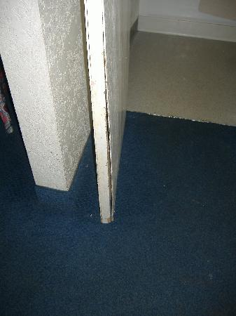 Motel 6 Denver Central - Federal Boulevard: bathroom door that wouldnt close