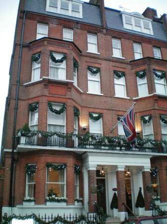 Egerton House Hotel: The Hotel as we stepped out of the car