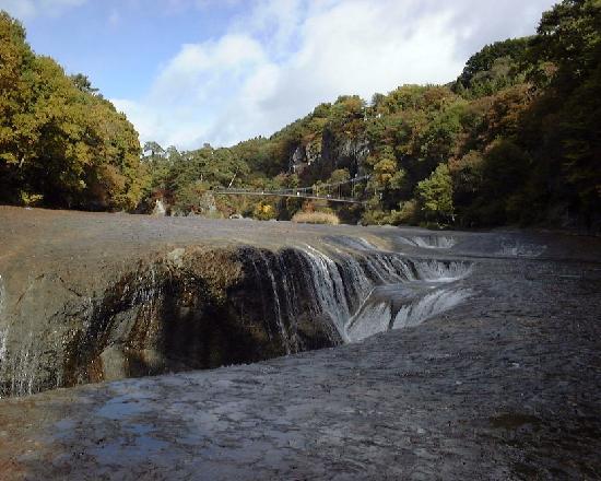 Fukiwarenotaki Fall: 遠くには遊歩道の吊り橋が見える
