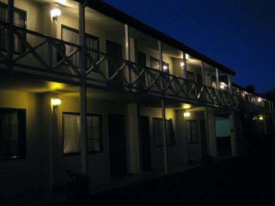 Karaka Tree Motel: at nite