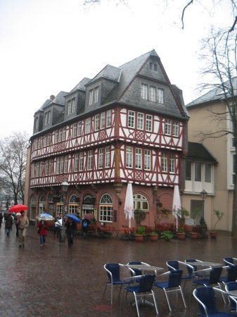 Frankfurt, Alemanha: Romerburg - restaurant on the central square