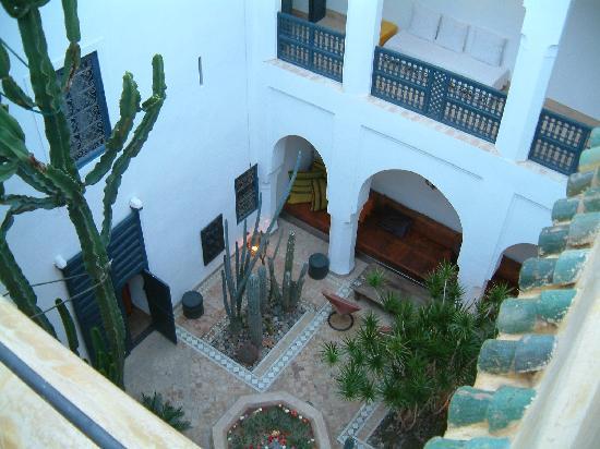 Riad Zina: Blick auf den Innenhof von der Dachterrrasse