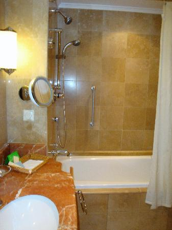Sheraton Addis, a Luxury Collection Hotel: Bathroom at the Sheraton Addis