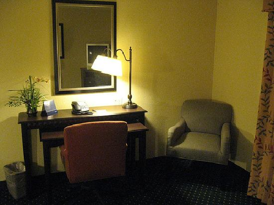 Hampton Inn Garden City: handy desk and spare chair