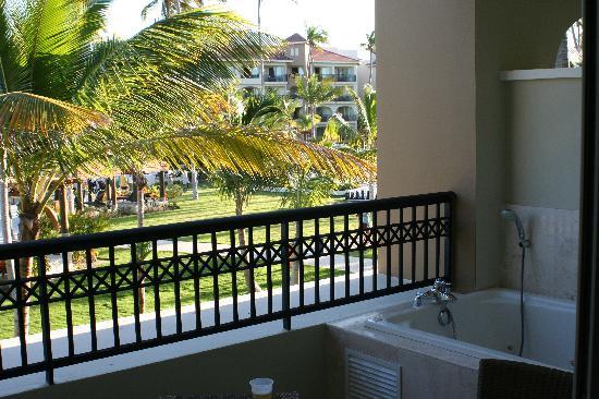 Now Larimar Punta Cana: Bain sur balcon