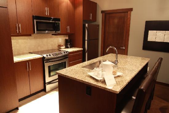 Sunrise Ridge Waterfront Resort: Kitchen in suite.