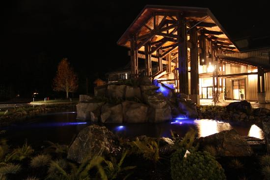Sunrise Ridge Waterfront Resort: Front of resort at night.