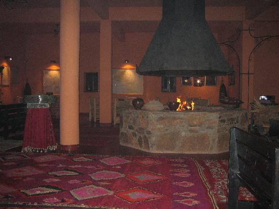 Sala da pranzo con camino foto di hotel tabarkat zagora for Sala con camino