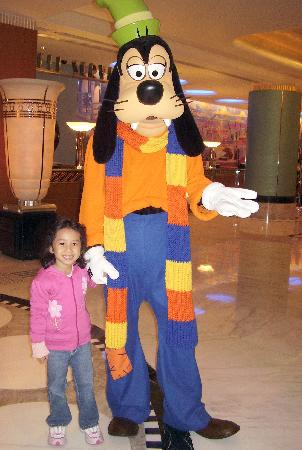 Disney's Hollywood Hotel: Goofy at the lobby