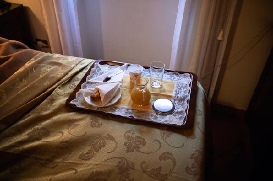 Villa della Fonte Guest House: breakfast in bed!
